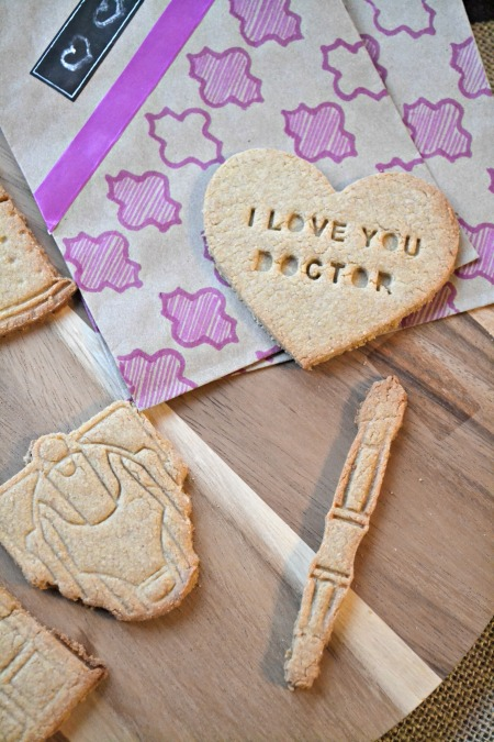 Doctor who themed Valentine's Day shortbread cookies. So easy and way too cute! I would love getting these as a gift!